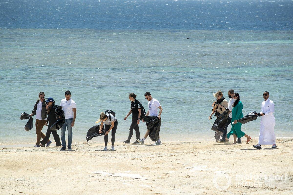 Los pilotos realizan una recogida de basura en la playa.