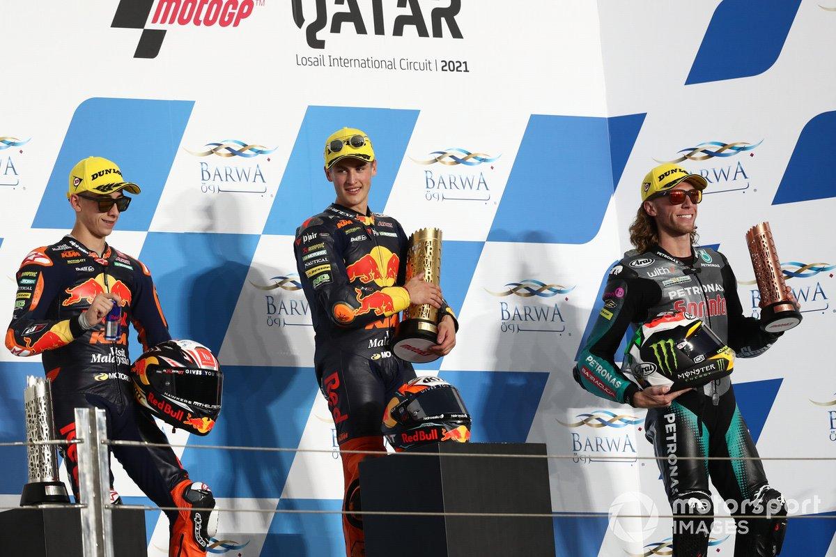 Jaume Masia, Red Bull KTM Ajo, Pedro Acosta, Red Bull KTM Ajo, Darryn Binder, Petronas Sprinta Racing, en el podio