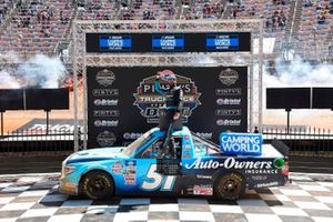Ganador Martin Truex Jr., Kyle Busch Motorsports, Toyota Tundra Auto-Owners Insurance