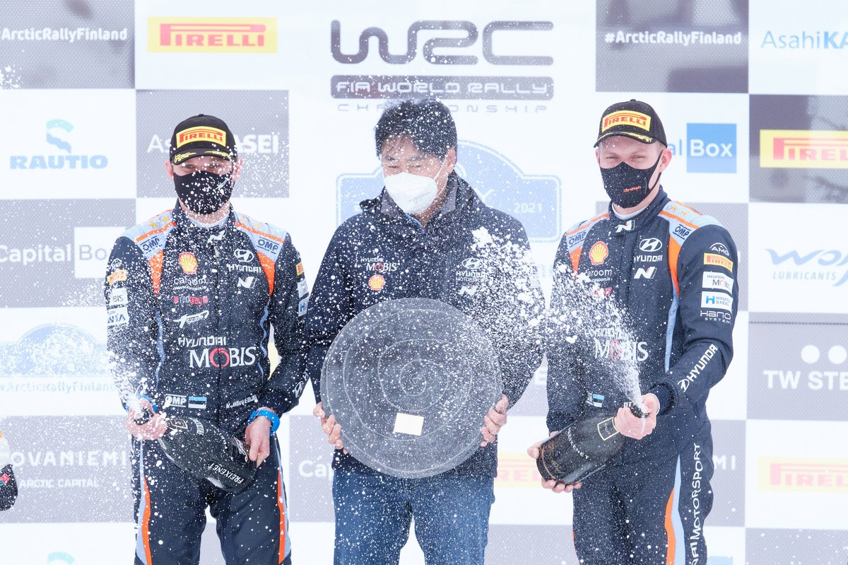 Podio: el presidente de Hyundai, Scott Noh, Ott Tänak, Martin Järveoja, Hyundai Motorsport Hyundai i20 Coupe WRC