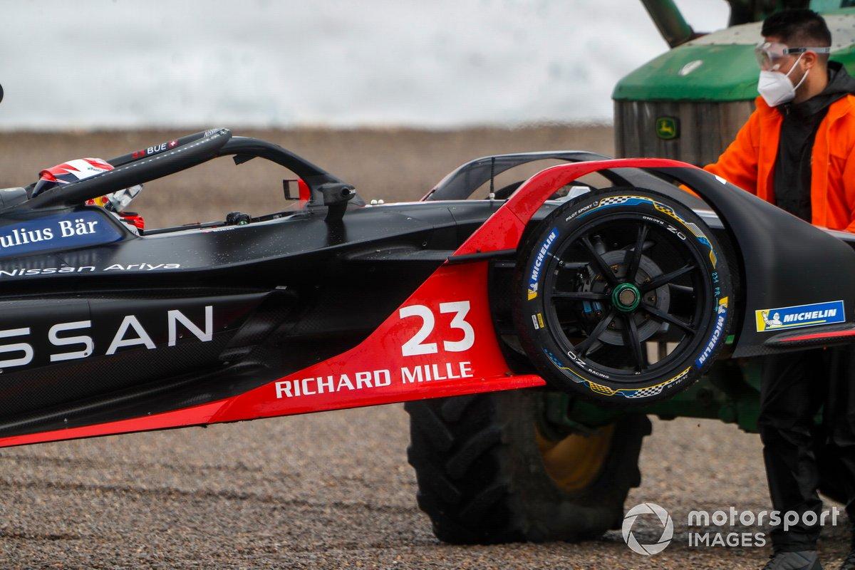 El coche de Sébastien Buemi, Nissan e.Dams, Nissan IMO2, recuperado por la grúa