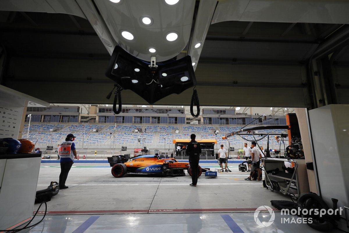 Carlos Sainz Jr., McLaren MCL35, fuori dal garage