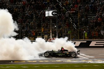 Josef Newgarden, Team Penske Chevrolet haciendo donas