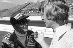 Niki Lauda, Ferrari, mit Max Mosley, March-Teammanager