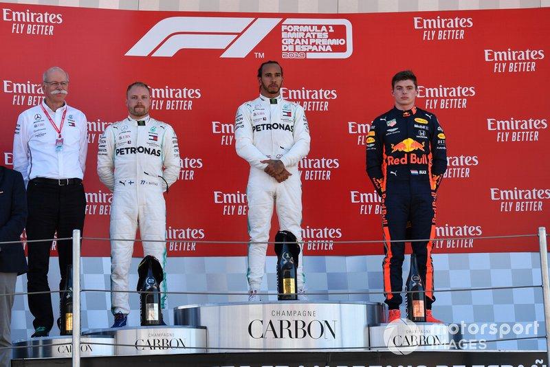 Dr Dieter Zetsche, CEO, Mercedes Benz Valtteri Bottas, Mercedes AMG F1, seconda posizione, Lewis Hamilton, Mercedes AMG F1, prima posizione, e Max Verstappen, Red Bull Racing, terza posizione, sul podio