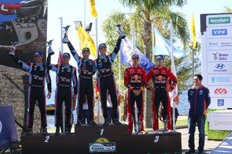 Thierry Neuville, Nicolas Gilsoul, Hyundai Motorsport Hyundai i20 Coupe WRC, festeggiano la vittoria