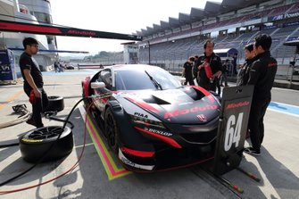 #64 Nakajima Racing Honda NSX-GT pit stop practice