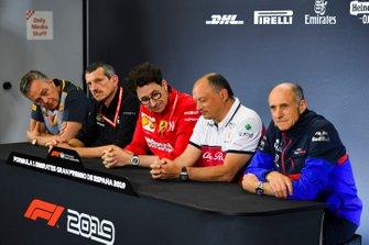 Mario Isola, gerente de carreras, Pirelli Motorsport, Guenther Steiner, director del equipo, Haas F1, Mattia Binotto, director del equipo Ferrari, Frederic Vasseur, director del equipo, Alfa Romeo Racing y Franz Tost, director del equipo, Toro Rosso, en los directores del equipo Conferencia