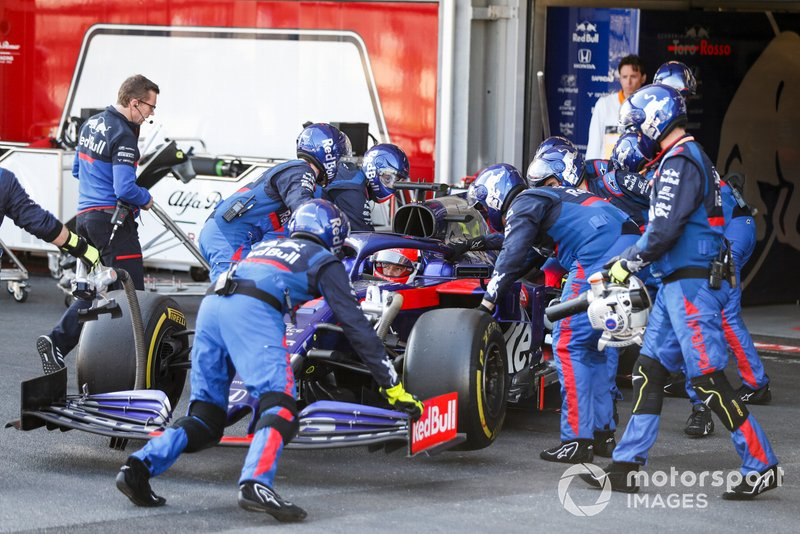 Daniil Kvyat, Toro Rosso STR14 siendo empujado al garaje después de retirarse de la carrera
