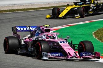 Lance Stroll, Racing Point RP19, leads Daniel Ricciardo, Renault R.S.19