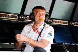 Paul James, Team Manager, McLaren, sur le muret des stands
