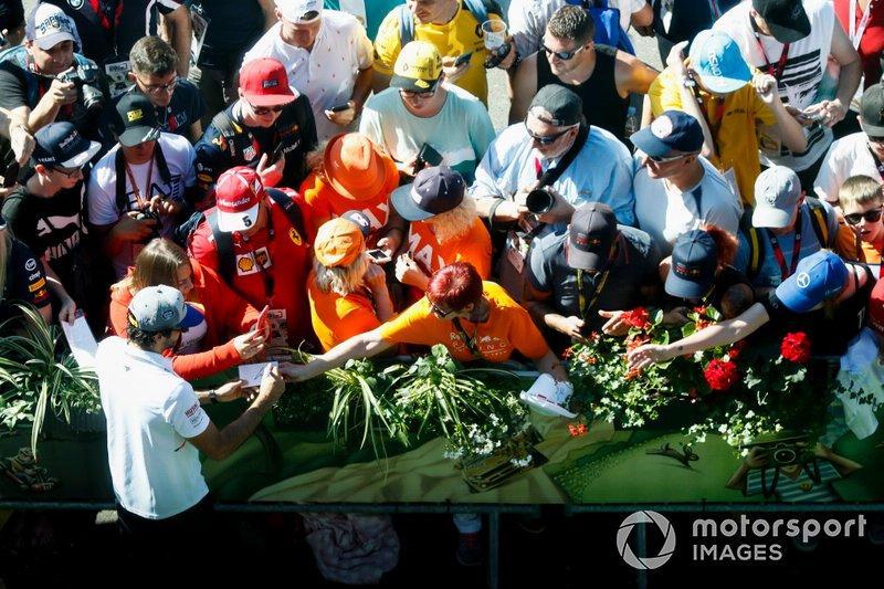 Carlos Sainz Jr., McLaren, firma autógrafos a los fans