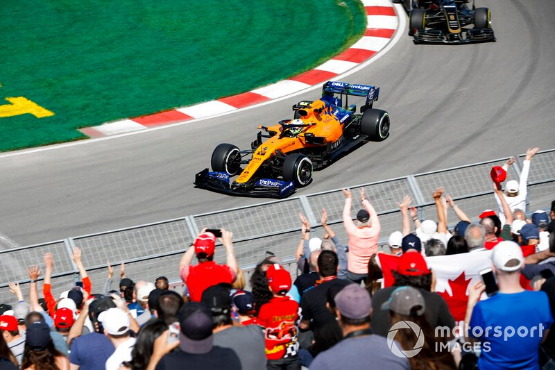 Lando Norris, McLaren MCL34, y Romain Grosjean, Haas F1 Team VF-19