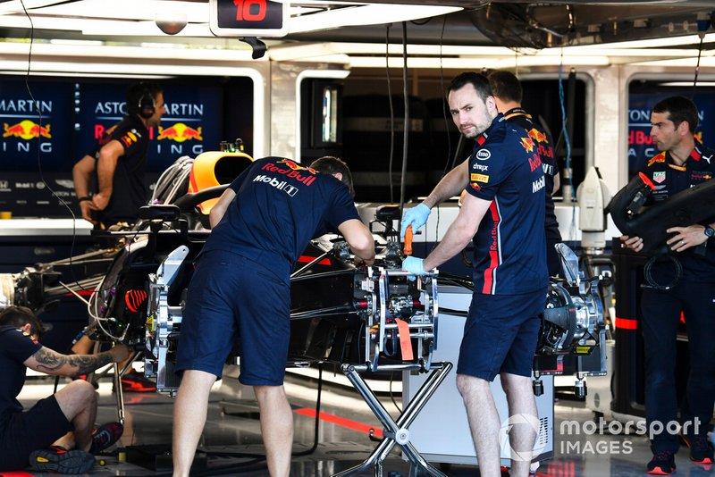 Mecánicos trabajando en la parte delantera del Red Bull Racing RB15