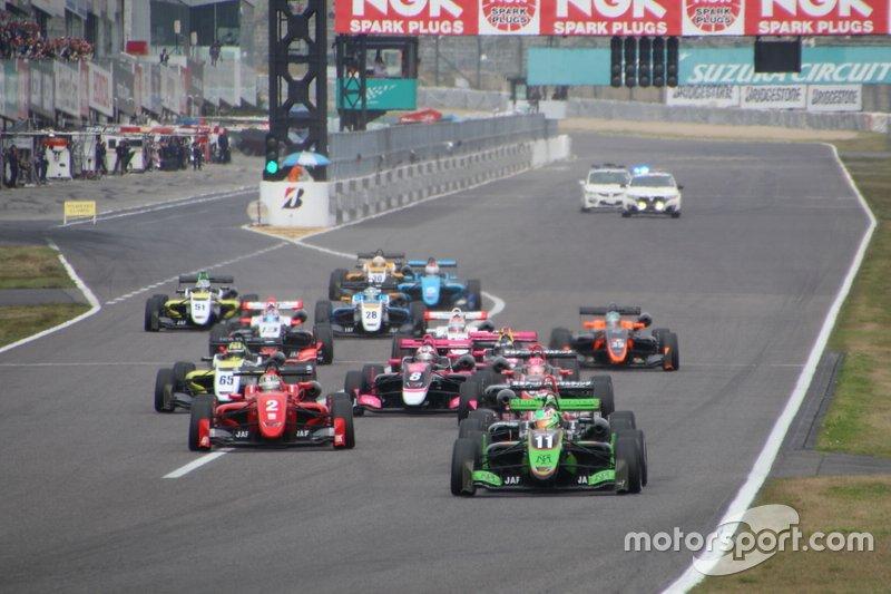 Salida de la primera carrera de la F3 Japonesa 2019, Sacha Fenestraz liderando.
