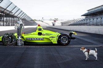 Simon Pagenaud, Team Penske Chevrolet l'ingresso vincente e il cane di Simon, Norman