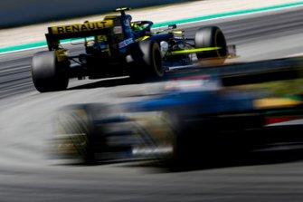 Nico Hulkenberg, Renault R.S. 19, devant Daniel Ricciardo, Renault R.S.19