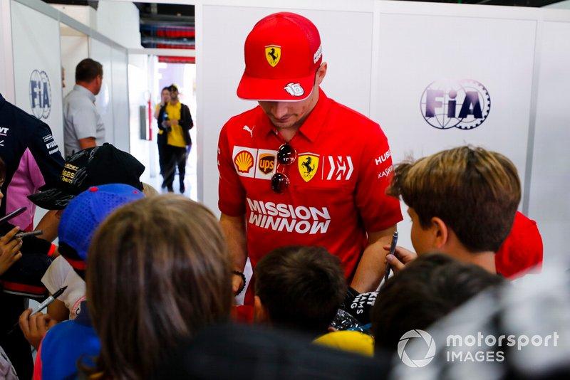 Charles Leclerc, Ferrari, firma autógrafos para los jóvenes aficionados