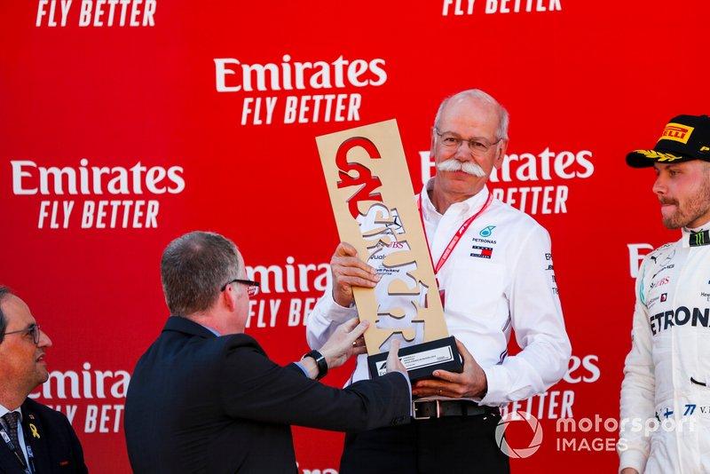 Dr. Dieter Zetsche, CEO de Mercedes Benz, recibe el trofeo de los constructores