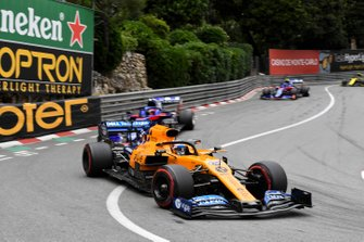 Carlos Sainz Jr., McLaren MCL34, devant Daniil Kvyat, Toro Rosso STR14, et Alexander Albon, Toro Rosso STR14