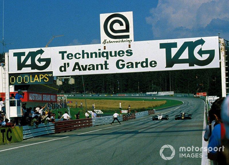 Де Анжелис тоже не был новичком, потому защищался грамотно, блокируя сопернику возможность обгона. Из финального поворота Lotus и Williams вышли бок о бок…