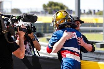 Robert Shwartzman, PREMA Racing, si congratula con un rappresentante finlandese di SMP nel parco chiuso