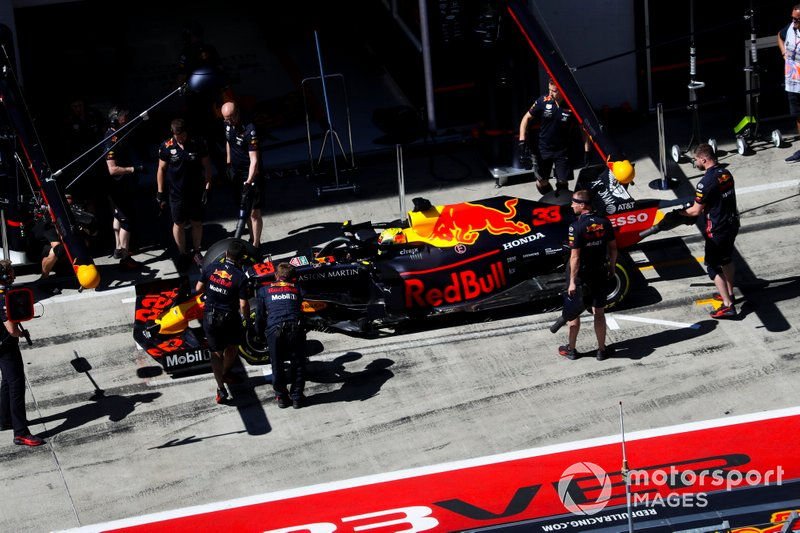 Max Verstappen, Red Bull Racing RB15, ai box