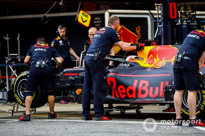 Max Verstappen, Red Bull Racing RB15, nella pit lane