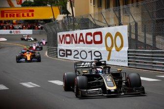 Romain Grosjean, Haas F1 Team VF-19, leads Lando Norris, McLaren MCL34