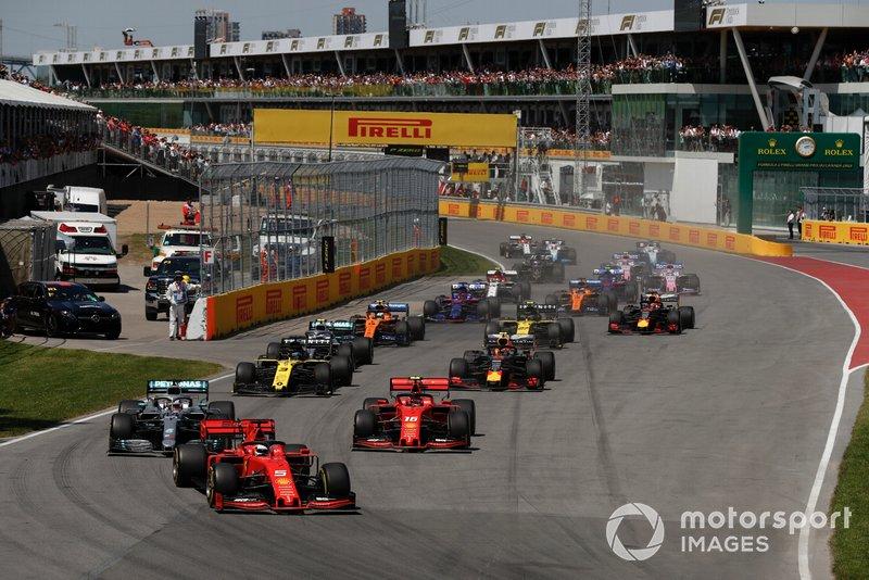 Sebastian Vettel, Ferrari SF90, precede Lewis Hamilton, Mercedes AMG F1 W10, Charles Leclerc, Ferrari SF90, Daniel Ricciardo, Renault F1 Team R.S.19, Pierre Gasly, Red Bull Racing RB15, e il resto delle auto all'inizio