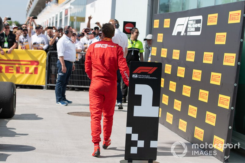 Vettel arrastou a placa do vencedor e posicionou no lugar onde deveria estar seu carro.