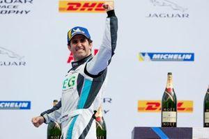 Sergio Jimenez, Jaguar Brazil Racing, segundo lugar, celebra en el podio