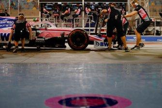 Les mécaniciens avec la monoplace Racing Point de Sergio Pérez