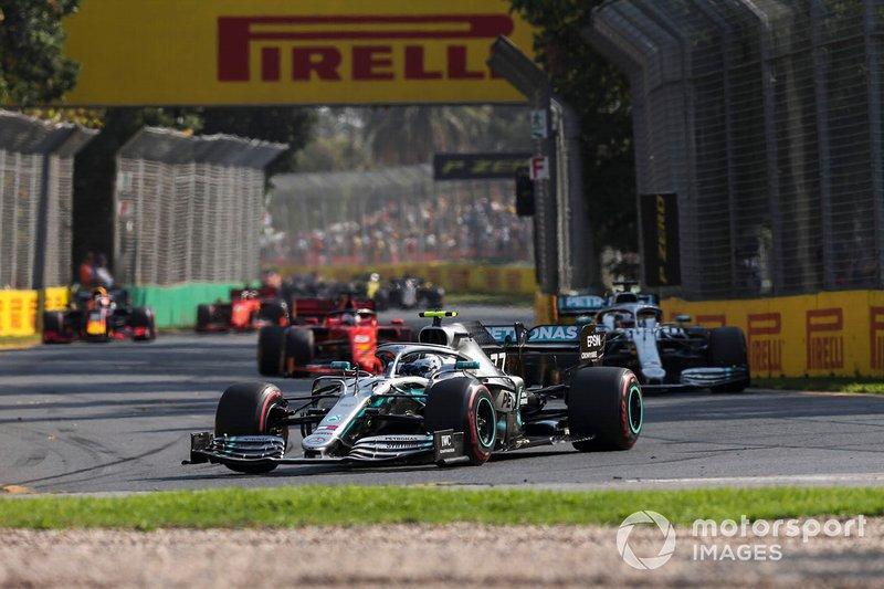 Valtteri Bottas, Mercedes AMG W10, voor Lewis Hamilton, Mercedes AMG F1 W10, en Sebastian Vettel, Ferrari SF90