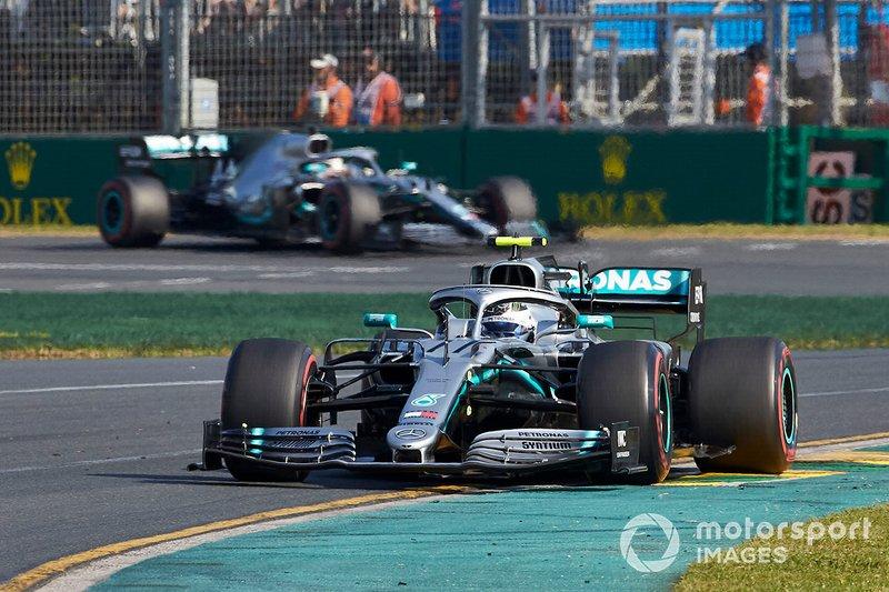 Valtteri Bottas, Mercedes AMG W10, y Lewis Hamilton, Mercedes AMG F1 W10