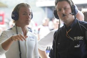 Nico Rosberg, Williams FW28 Cosworth, parla con Sam Michael, Direttore tecnico, Williams