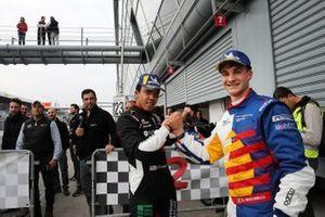 Il secondo classificato Jaden Conwright, Dinamic Motorsport, stringe la mano al vincitore della gara Diego Bertonelli, Dinamic Motorsport