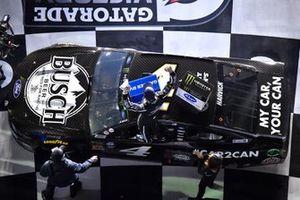 Winner Kevin Harvick, Stewart-Haas Racing, Ford Mustang Busch Beer Car2Can