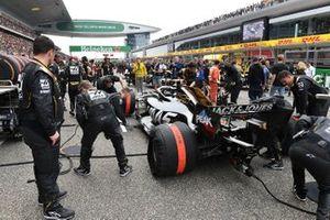 Kevin Magnussen, Haas F1 Team VF-19, sur la grille de départ