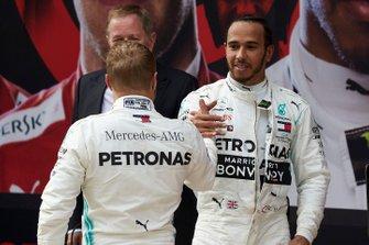 Valtteri Bottas, Mercedes AMG F1, deuxième, et Lewis Hamilton, Mercedes AMG F1, vainqueur, dans le Parc Fermé