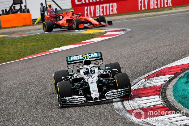Valtteri Bottas, Mercedes AMG W10, precede Charles Leclerc, Ferrari SF90