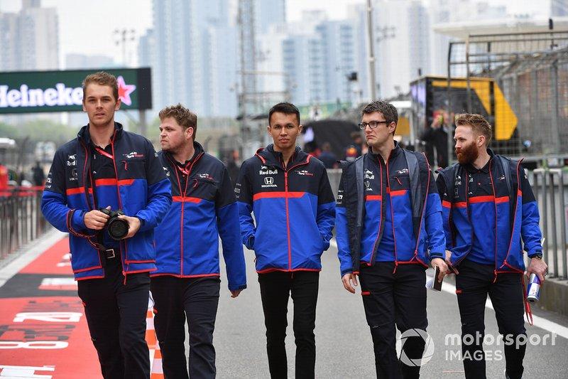 Alexander Albon, Toro Rosso, ispeziona il tracciato con il team