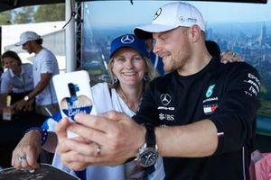 Valtteri Bottas, Mercedes AMG F1, scatta un selfie con una tifosa