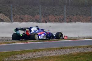 Alex Albon, Scuderia Toro Rosso STR14 stops on track