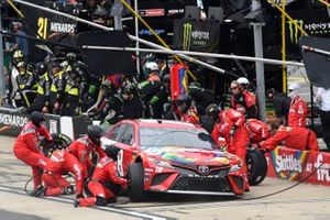 Kyle Busch, Joe Gibbs Racing, Toyota Camry Skittles, pit stop
