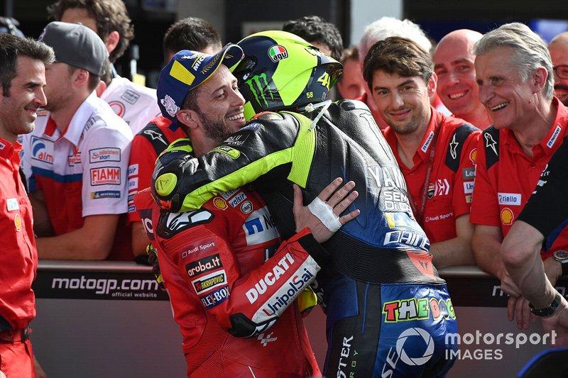Segundo puesto Valentino Rossi, Yamaha Factory Racing, tercer puesto Andrea Dovizioso, el equipo Ducati celebra en parc ferme