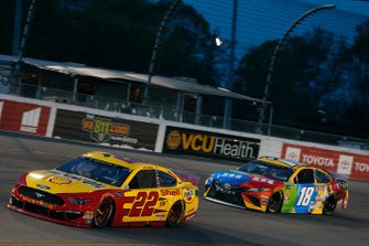 Joey Logano, Team Penske, Ford Mustang Shell Pennzoil Kyle Busch, Joe Gibbs Racing, Toyota Camry M&M's