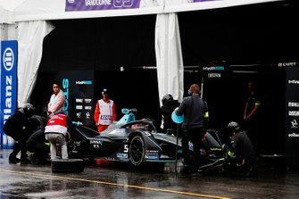 I meccanici cambiano gli pneumatici durante una prova di pit stop per Stoffel Vandoorne, HWA Racelab, VFE-05