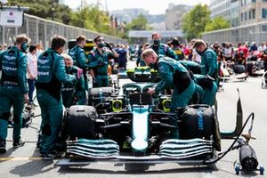 Aston Martin mechanics on the grid with the car of Sebastian Vettel, Aston Martin AMR21