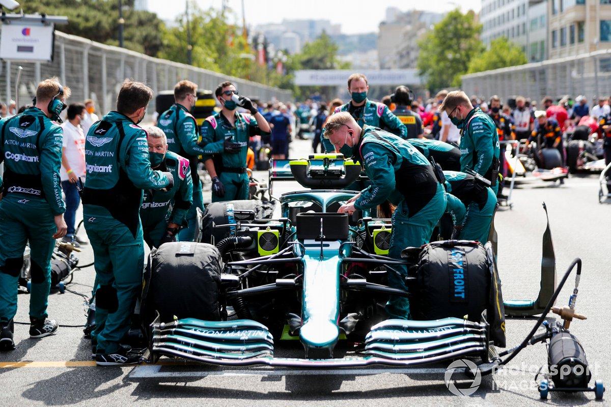 Los mecánicos de Aston Martin en la parrilla con el coche de Sebastian Vettel, el Aston Martin AMR21